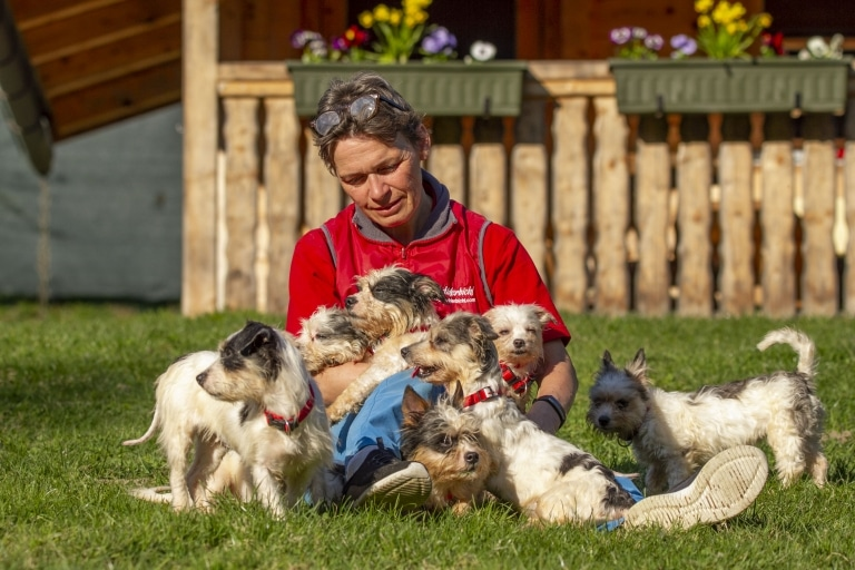 Anita mit geretteten Hunden