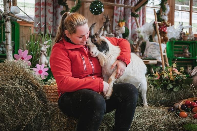 Tierpflegerin Eva genießt die Osterzeit gemeinsam mit unseren Tieren