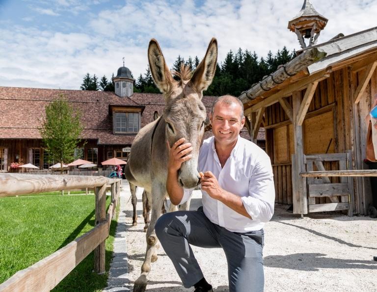 Dieter Ehrengruber mit einem süßen Esel