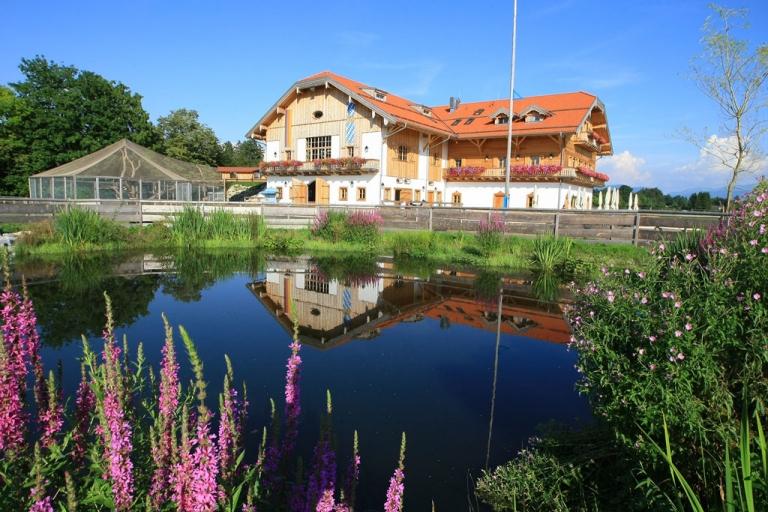 Außenansicht Gut Aiderbichl Iffeldorf mit Teich