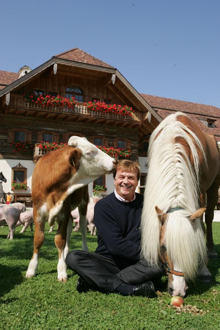 Michael Aufhauser inmitten der Tiere: Dort fühlt er sich stets am wohlsten