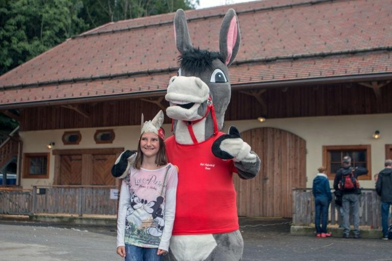 Gut Aiderbichl Junior Team mit Maskottchen Mariechen