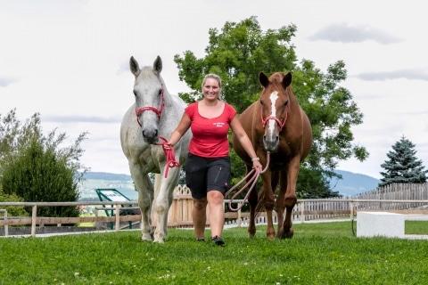 Tierpflegerin Eva genießt den Tag mit unseren Pferden