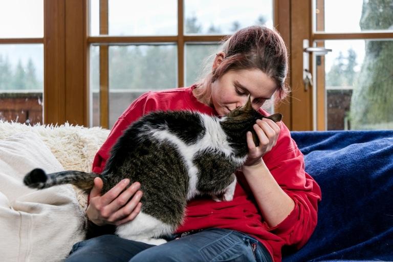 Marie im Katzenwohnzimmer auf Gut Aiderbichl Henndorf