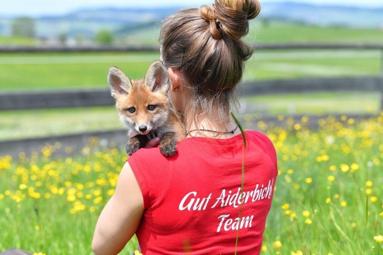 Tierpflegerin Melina mit Fuchs Stella