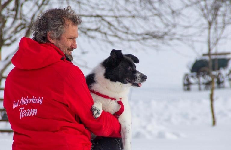 Hündin Sandy und Tierpfleger Klaus sind ein tolles Team geworden