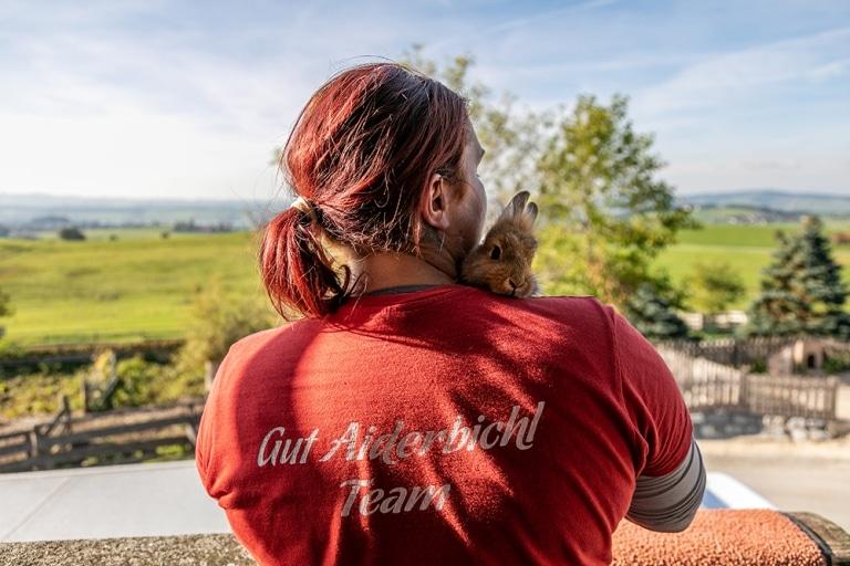 Tierpflegerin hält gerettetes Kaninchen