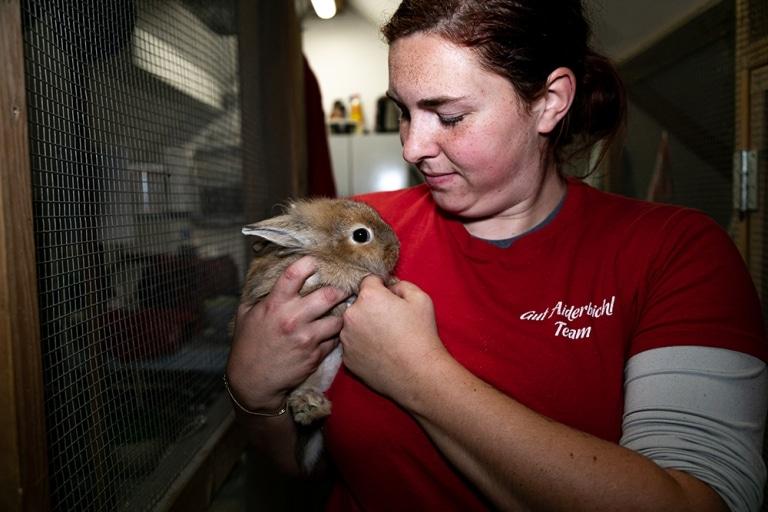 Unsere Tierpflegerin kümmert sich um eines der geretteten Kaninchenbabys